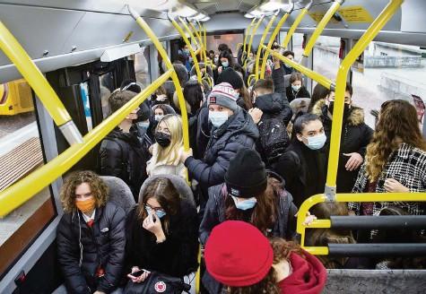 ?? Foto: Alessandro Crinari (Keystone) ?? Die Maskenpflicht im öffentlichen Verkehr soll aufgehoben werden ‒ doch nur, wenn die Zahlen tief bleiben.