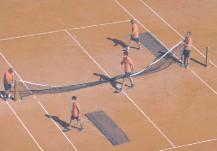 ??  ?? Parte del personal de Roland Garros prepara el Court Central, para la disputa del certamen, retrasado por la pandemia. EFE.