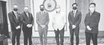 ??  ?? KUNJUNGAN: Hajiji (tiga kanan) bergambar bersama Mohammed (tiga kiri) dan rombongan selepas kunjungan itu.