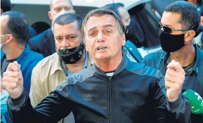 ??  ?? Bolsonaro dejó el hospital caminando, acompañado de algunos aliados.