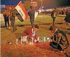 ?? Luto. / AP ?? Integrantes de las Fuerzas de Movilización Popular y sus partidarios encendieron velas en el aeropuerto internacional de Bagdad.