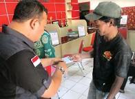 ?? EKO HENDRI/JAWA POS ?? TETAP DILAYANI: Warga mengambil e-KTP di Kecamatan Bubutan kemarin.