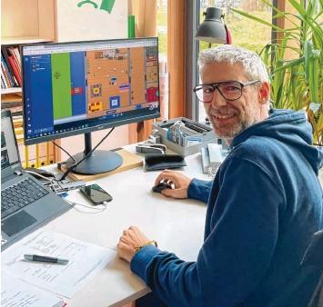 ?? Foto: Fridtjof Atterdal ?? Robert Mailer, Regionalleiter des Stadtjugendrings, vor dem virtuellen Jugendhaus Kosmorama.