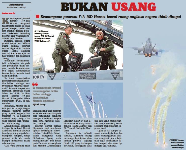 """?? Affendi Buang ?? AFFENDI (kanan) menaiki pesawat tempur F/A-18D Hornet di Pangkalan Udara TUDM Butterworth. Ia menunjukkan prestasi membanggakan ketika latihan sehingga menyebabkan Malaysia dihormati"""" PESAWAT tempur F/A-18D Hornet memperlihatkan kehebatannya."""