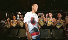 ?? Staff file photo ?? Students shoot video and pictures of rap artist Bow Wow during his visit to Sam Houston High School in 2007.