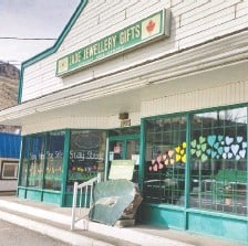 ?? HEIDI ROY/ VIA THE CANADIAN PRESS ?? A jade boulder sits outside of Cariboo Jade and Gifts in Cache Creek, B.C. The nearly 1,300 kilogram slab was stolen but has now been returned to the shop owner.