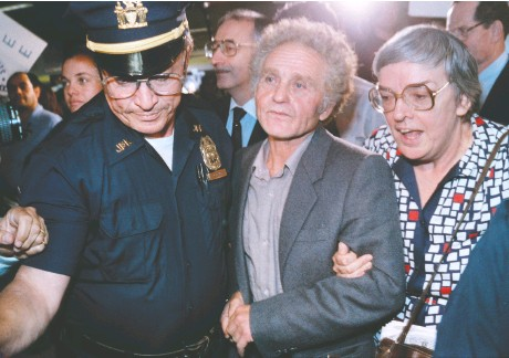 ?? JEROME DELAY / AFP via Gett y Imag es files ?? Soviet dissident Yuri Fyodorovic­h Orlov at New York airport upon arrival from Moscow on Oct. 5, 1986,