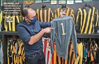 ??  ?? RELIQUIA. Uriel Cancela tiene en su colección de Peñarol la primera camiseta con número.