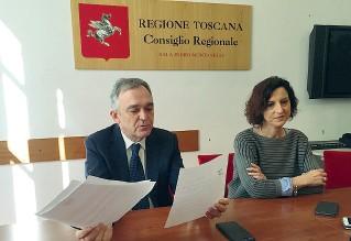 ??  ?? Tutti per 1 Il governatore della Toscana mostra le lettere di dimissioni dal Pd. Al suo fianco la consigliera Serena Spinelli, come lui passata al nuovo gruppo Articolo 1 Movimento democratici progressisti