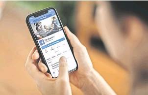 ?? Foto: IMAGo/Glenn Hunt ?? Nachrichten auf Facebook: Der Konzern will in Australien für die Verbreitung journalistischer Inhalte zahlen.