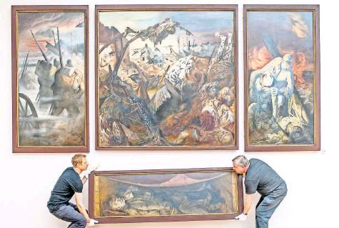 """?? FOTO: HANNIBAL/DPA ?? Horror im Schützengraben: Das Triptychon mit Predella von Otto Dix, """"Der Krieg"""", in der Galerie Neue Meister in Dresden."""