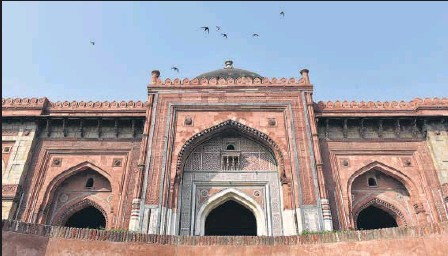 ?? SAUMYA KHADELWAL/HT ARCHIVE ?? The Kunha Mosque was built by Sher Shah Suri. Suri and his noblemen used to pray here.