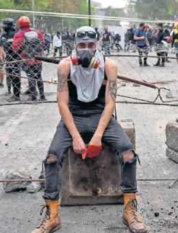 ?? RODRIGO ARANGUA (AFP / GETTY IMAGES) ?? Un manifestante, en una protesta en Santiago de Chile el pasado 2019.