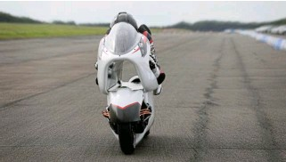 ?? ?? Dubbed V-Air, a large centre duct forces air through the motorcycle rather than around it, reducing wind resistance by up to 69%.