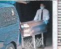 ?? FOTO: EMILIO FLORES ?? Familiares En El proceso DEL retiro DEL Cuerpo En la morgue.