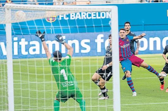 ?? MANÊ ESPINOSA ?? Rey Manaj abrió su cuenta goleadora con una perfecta maniobra típica de delantero centro que acabó con un potente chut a la escuadra