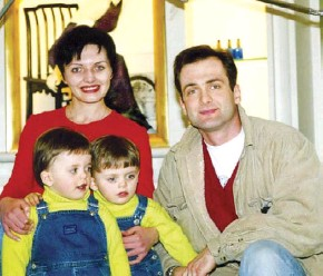 ??  ?? Georgiy Gongadze, the co-founder of Ukrainska Pravda news website, his wife Myroslava Gongadze and their children pose for a family portrait. On Sept. 16, 2000, the journalist was kidnapped and killed. Four police officers were convicted and sentenced to prison. (UNIAN)
