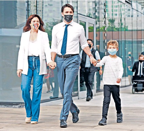 ??  ?? Justin Trudeau, the Canadian prime minister, holds hands with his wife Sophie and seven-year-old son Hadrien as he attempts to win over voters on a campaign stop in Vancouver