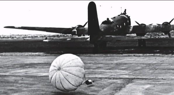 ??  ?? Le 14 août 1941, l'oblt Franz Vuellers atterrit à Cognac sur son Fw 200 C-3 avec 200 m de câble attaché à la dérive et un petit parachute.