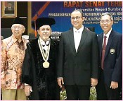 ?? PUJI TYAS/JAWA POS ?? UNTUK PENDIDIK: Dari kiri, Salahuddin Wahid, Abdulkadir Baraja, Anies Baswedan, dan Prof Warsono.