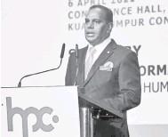 ??  ?? PELANCARAN HPC: Saravanan berucap pada majlis perasmian portal Pusat Penempatan HRDF (HPC) di Pusat Konvensyen Kuala Lumpur (KLCC) Selasa lalu.
