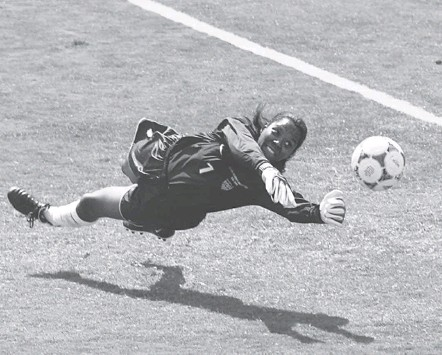 ?? ERIC RISBERG/AS­SO­CI­ATED PRESS ?? Goal­keeper Briana Scurry helped lift the U.S. team to a his­toric vic­tory in front of thou­sands of fans at the Rose Bowl in 1999.