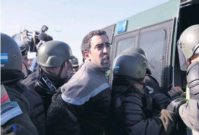 ??  ?? Un manifestante había sido detenido por intentar registrar la represión con su teléfono.