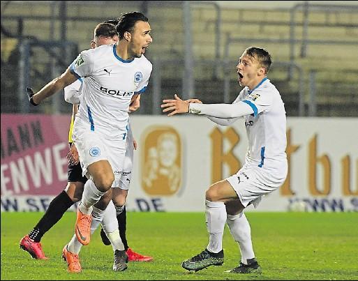 ?? Foto: Helmut Kemme ?? Konnten es nicht fassen: Dino Bajric (links) und Justin Plautz bejubelten das Siegtor.