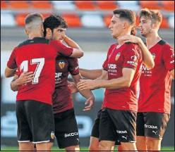 ??  ?? Guedes y Cheryshev se abrazan tras marcar el tercer gol.