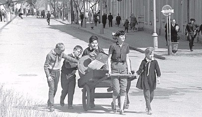 ?? Фото Мая Начинкина / РИА Новости ?? Советские школьники собирают металлолом. 1969 г.