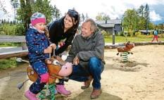 ?? Foto: Christoph Kölle ?? Ramona Riesle (Mitte) und Ella und Björn Fünfschilling sind schon zum zweiten Mal im Allgäuer Ferienpark zu Besuch.