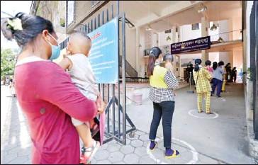 ?? HONG MENEA ?? Parents bring their kids to Kantha Bopha Children's Hospital for treatment on June 2.