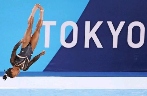 ?? Foto: Getty Images ?? In einer anderen Sphäre: Vier olympische Goldmedaillen hat Simone Biles schon, in Tokio sollen viele weitere hinzukommen.