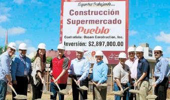 ??  ?? Recientemente comenzó la construcción de un Supermercado Pueblo en el centro urbano. En la foto al centro, Ramón Calderón, presidente de Supermercado Pueblo, junto al alcalde de Carolina, José Carlos Aponte Dalmau.