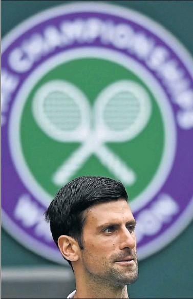 ??  ?? Novak Djokovic, delante del escudo de Wimbledon durante uno de sus partidos jugados allí este año.
