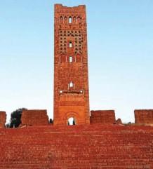 ?? Photo R.B. ?? L'impressionnant minaret de Tlemcen : d'une hauteur de 40 m, il se distingue par une décoration au style mauresque.