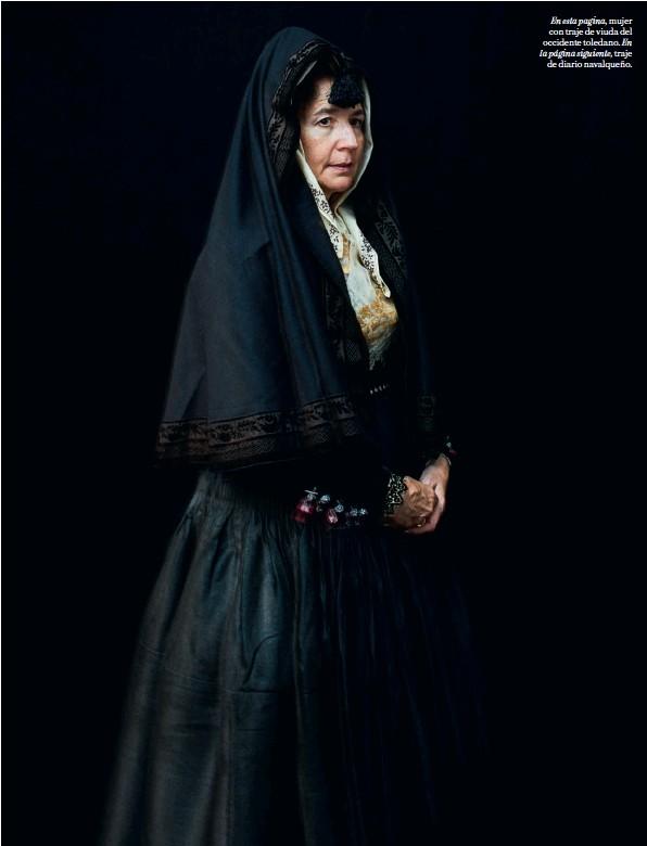??  ?? En esta pagina, mujer con traje de viuda del occidente toledano. En la página siguiente, traje de diario navalqueño.