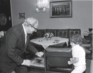 ?? (Courtesy Yitzhak Navon Archives) ?? YITZHAK NAVON plays with his son, Erez, at the President's Residence