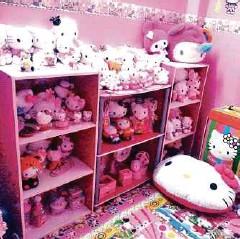 Rak Di Bilik Tidur Dipenuhi Patung Hello Kitty