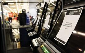 ?? FOTO: EMMI KORHONEN/LEHTIKUVA ?? Coronarisken har stängt Veikkaus spelautomater och spelhallar sedan mitten av mars på obestämd tid. Det ger ett bortfall i kassan på drygt 10 miljoner euro i veckan enligt spelbolaget.