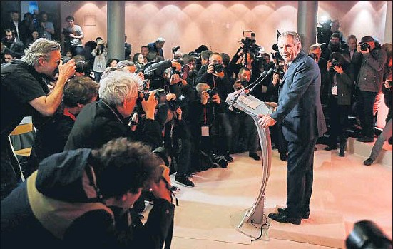 ?? GONZALO FUENTES / REUTERS ?? Francois Bayrou, líder de MoDem, posando para los fotógrafos antes de dar inicio a su conferencia de ayer en París