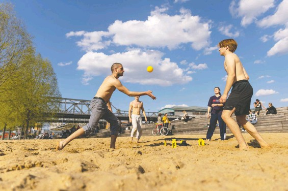 ?? MAJA HITIJ/GETTY IMAGES ?? A group in Berlin plays spike ball during the third wave of the coronavirus pandemic. For many people, outdoor exercise has become vital for maintaining positive well-being during ongoing lockdowns. But there's still the important question of whether those enjoying the outdoors should be masked. Turns out, it's a grey area.