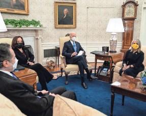 ?? EVAN VUCCI/AP ?? Govs. Andrew Cuomo, D-N.Y., and Michelle Lujan Grisham, D-N.M., meet with President Joe Biden and Vice President Kamala Harris in February.
