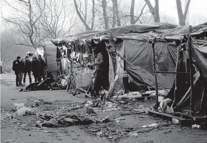 ?? Bild: LOUISE NORDSTRÖM ?? STÄNDIG VÄNTAN. Flyktingar från olika delar av Afrika samlas i tillfälliga flyktingläger i Calais. Nu ska de tvingas bort.