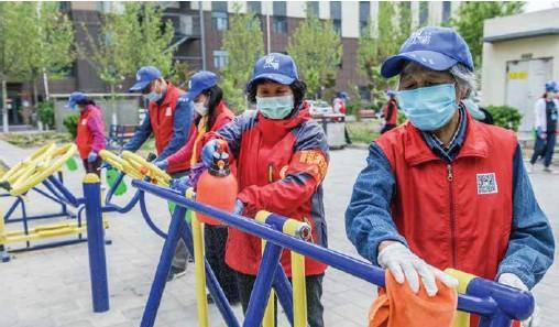 ??  ?? 志愿者对社区健身器材进行消毒