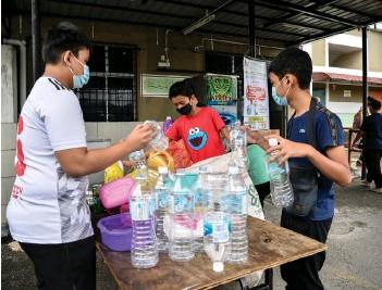 ?? - Bernama photo ?? Youth of Wangsa Sari People's Housing Project in Wangsa Maju seperating the recyclable items.