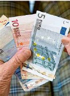 ?? Foto: Marijan Murat/dpa ?? Rente: Reicht das Geld im Alter?