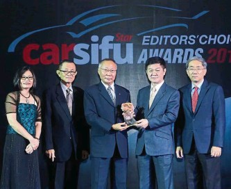 ??  ?? TC Euro Cars (Renault) CEO Kuan Kim Luen receiving the award for the Best Design won by Renault Captur from Lee.