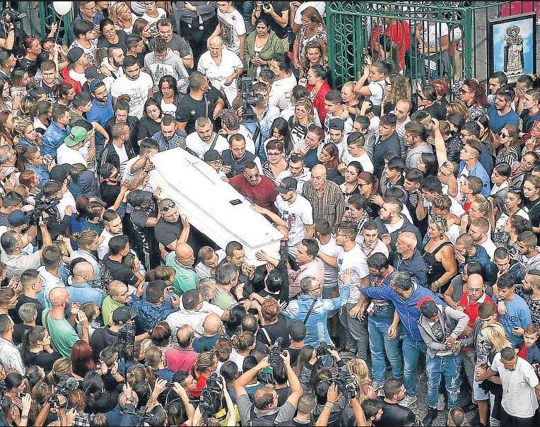 ?? CESARE ABBATE / EFE ?? Vincenzo alla Sanità de Nápoles el funeral de Gennaro Cesarano, un joven de 17 años muerto a tiros la madrugada del domingo de la semana pasada