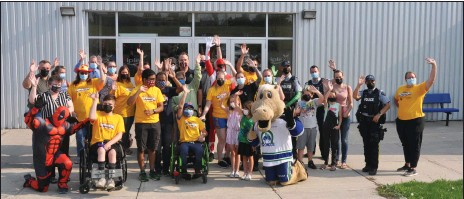 ??  ?? Participants in a Walk, Wheel, Run event at the Innovation Credit Union iPlex give a wave to show their support for this SaskAbilities Swift Current fundraising initiative, Aug. 31.